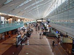 朝一の羽田空港、お盆明けとはいえやっぱりガラガラです。