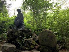 松尾芭蕉の銅像が出迎えてくれます  閑さや岩にしみ入る蝉の声  俳句の情景とリンクする夏の参拝が好きです