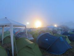 GUTEN MORGEN!!  ただ今、朝の5時過ぎ・・・ ひんやりとした空気とまだ薄暗い朝もや  静まりかえったキャンプサイトですが 遠くの方では酔狂なメタラー達の 「WACKKKEEENNNNN!!!!!!」 という叫び声が聞こえてきます