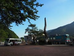 ちょうどこの先にあるうすずみ温泉への無料連絡バスが到着。温泉を楽しんだお客さんが降りてきました。2014年に樽見鉄道のモレラ岐阜~樽見 を乗車したときには、あの連絡バスに乗車して、うすずみ温泉四季彩館で温泉に入って帰ってきました。