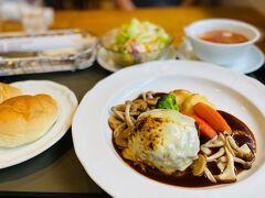 ちょうどお昼時だったので、那須高原サービスエリアのレストランでがっつりチーズハンバーグ。