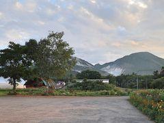奥に見える山が硫黄山(アイヌ語で「アトサヌプリ」:裸の山) かつて硫黄の採掘で栄えたこの山が、この地に鉄道を敷設させ、川湯温泉の発展を支えてきたんです。