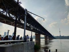 武昌に到着。 武漢長江大橋の下に行ってみた。この橋は2層構造で、一番上が道路、その下に鉄道が走る構造になっている。1957年にソ連の技術者が作った橋で、長江にかけられた一番初めの橋だ。