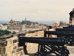 城の上から。  向こうに見えるのがHolyrood