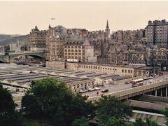 スコット記念塔 Scott Monument から見下ろした眺め。   エディンバラ・ウェイヴァリー駅 Edinburgh Waverley  この時はYorkから列車でここに到着した。