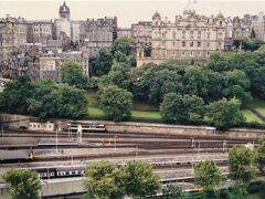 スコット記念塔 Scott Monument から見下ろした眺め。  エディンバラ・ウェイヴァリー駅 Edinburgh Waverley