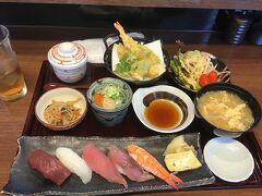 握り御膳を注文。 握りも天ぷらも美味しい。うどんも茶碗蒸しも良かった。 サラダと味噌汁は少し多過ぎました。
