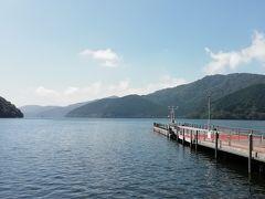 桃源台到着。 今回は船には乗らないけど、芦ノ湖を見に外に出てみた。 遠くにポチっと海賊船か遊覧船が見える。
