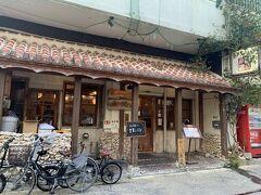 石垣島に戻り、お腹も空いていたのでディナーに直行!  この日は口コミの良かった島の食べものや南風さんに伺いました♪ こちらも人気店のようで、1時間だけならOKということで急いでオーダーすることに!
