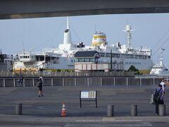 駅を出て海のほうへ歩くと見えて来る「メモリアルシップ八甲田丸」 青函連絡船八甲田丸を博物館として公開している。