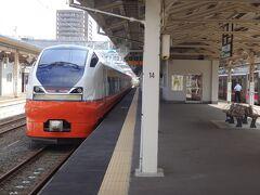 駅へ戻ると、特急つがるが停まっていた。 E751系4両編成。いまや、青森駅へ乗り入れる唯一の特急電車となってしまった。