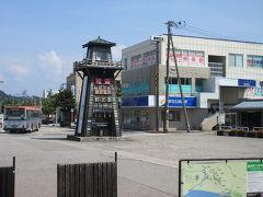 JR村上駅に着きました。  駅舎は低い建物。ロータリーに櫓みたいなのが立っている。 そして、日本旅行村上支店がある!! 日本旅行ってJR西系列の会社です。東京には店舗が少なく、品川も渋谷も池袋にもありません。