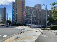 相生橋を渡ると右手に行く道が。 これは八重洲通り。 このまままっすぐ行くと東京駅八重洲口に出るそうです。 少し疲れてきましたが、ここまで来たからには東京駅まで歩こうと決意。