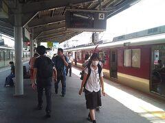 生駒~元町へ  出発は生駒駅からです。神戸・三宮までは、快速急行を利用し、乗換えなしで行けます。山陽電鉄の電車への乗換えも、降りた同じプラットフォームなので、迷うことはありません。