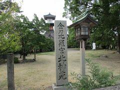 琴電琴平駅に隣接した金刀比羅宮の北神苑。 重要有形民俗文化財に指定された高燈籠があります。