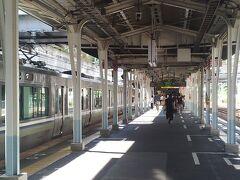 舞子海上プロムナードと明石海峡大橋  舞子駅にやって来ました。真近で、「明石海峡大橋」を見たいし、「海面から47m!海の上を行く遊歩道」と宣伝される「舞子海上プロムナード」にも寄りたいのです。