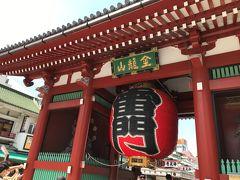 新しい提灯はその朱色の紙色も鮮やかで、金色の止め金具に松下電気の文字が浮かび上がっていた。  この日は土曜日だったが、週末だというのに浅草界隈の人出は少なく、雷門近くで待機する人力車の俥夫(婦)の人たちも手持ち無沙汰な様子。 外国からのお客さんがほとんど来ないのも影響しているのだろうが、国内旅行でも東京は敬遠されているのだろう。