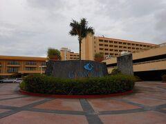 今回泊まったホテル。  グアムプラザホテル。  ショッピングにも便利な立地でした。