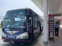 市内行きのバスに乗ります! 乗客は3人だけだった。 長崎市内のターミナルまで直行する便と、市内数カ所に寄りながら行く便があり、平和公園に行きたいので、経由便を選択!