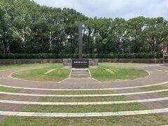 空港から約1時間ほどで平和公園に到着! 広島の平和記念公園は何度も行ったけど、長崎は仕事で来ただけで、ここは訪れたことがなかったので来てみたかったのでした。 まずは「原子爆弾落下中心地碑」へ。 蝉が鳴く中、一帯は静寂です。 神戸を垂れます。平和が続きますように。  この地の上空500メートルで炸裂した原爆は、一瞬のうちに多くの尊い人命を奪いました。塔の前に置かれた原爆殉難者名奉安箱には原爆により爆死された方、被爆者でその後亡くなられた方々の氏名(複製)を奉安しています。 (長崎市HPから)