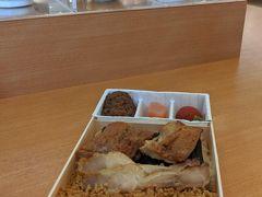 夫いつも高崎弁当の鶏めし。こちらは1000円也。 釜めしは上り線にもありますが、高崎弁当の鶏めしとだるま弁当は下り線のみなので往路でしか食べられないのが残念です。
