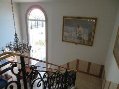 2階から1階へ降りる階段も素敵。 建物全体が南仏風。