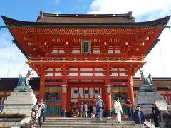 次は稲荷神社の総本山、伏見稲荷大社へ。  朝から雲が多かったけど、青空が出てコントラストがすごいきれい。