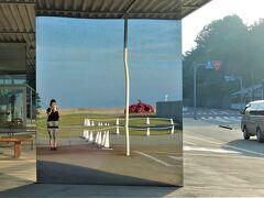 """直島、宮浦港の""""海の駅""""  オープンスタイルの建物にミラーが多用されて、これも造形美術。 自撮りして赤カボチャとツーショット。"""