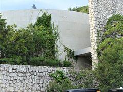 本日滞在の『ベネッセ ハウス ミュージアム』に到着。  「美術館の中に泊まる」・・・という、安藤忠雄の設計コンセプト。