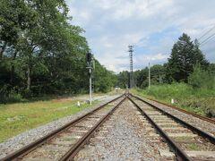 勿論、電車が来ないことを確認して渡ります。甲斐大泉方面側を見ます。  2時間に一本くらいしか電車が通らない路線なので、こんなことができるのです。  この道は子供たちが保育園、小学校の時から使っている駅への道(?)なので、きっと子供たちは当たり前だと思って育ったと思います。その子供たちはもう大人になりました。しかし、今でも同じように甲斐小泉への近道は変わりません。時間が止まっているようです。