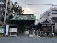 出口を出て少し先に泉岳寺があります。 泉岳寺は曹洞宗のお寺です。 赤穂浪士が葬られているお寺として有名ですね。 今映っているのは中門です。