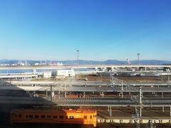 6:00、今日もいい天気。 宿の部屋から駅が見える。
