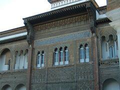 アルカサル デ セビリア イスラムとキリストの建築様式が融合したムデハル様式の豪華な宮殿