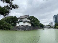 「桜田二重櫓」  皇居の敷地で一番最初にみかける建物です。