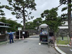 「桔梗門橋」 皇居一般参観の出入り口で、この橋を渡る前に 警察官による参観許可通知と身分証明書のチェックがあります。