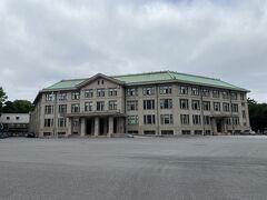 宮内庁庁舎(くないちょうちょうしゃ) 庁舎3階は昭和27年(1952年)に改装され、昭和43年(1968年)の宮殿落成までの間仮宮殿として使用されていたとのことです。