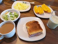 11月20日(水) ホノルル1日目、ハワイ6日目の朝です。 ラナイの日差しが強すぎて部屋のダイニングでの朝食です。 昨日ドン・キホーテで買ってきた食材で簡単に用意しました。 トーストハムサンド、シーザーサラダ、スクランブルエッグ、スムージーなど。
