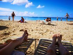 ビーチパラソルの日陰の下で潮風を感じながら海と青い空をノンビリ見ているのは至福の時間ですね!  思った以上日差しはキツイので日焼けは注意です。