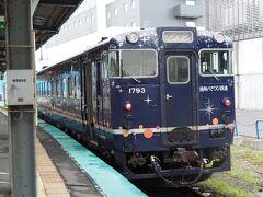 いさりび鉄道。よーく周りを見ると、撮り鉄さんが駅の外からカメラを向けていたりする。