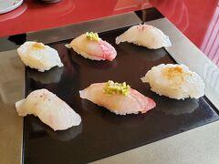 中部国際空港から早朝ANA便で熊本空港に到着。 まずレンタカーで向かったのは、天草中心地にあるお寿司屋さん「奴寿司」。 あらかじめ予約しておきました! ミシュラン1つ星も獲得している天草を代表するお寿司屋さんだそうです。  早速お寿司が運ばれてきました! 美味しそう♪ こちらのお寿司は創作ずしで、味付けは醤油だけでなく、お塩や薬味などが使われています。 1皿目は白身やイカなど・・・色どりも美しい。
