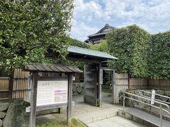 次に山本亭に来ました。 1920年代に建てられた邸宅。 和洋折衷の建築が特徴です。 カメラの部品製造会社の創立者である山本栄之助氏の住居だったそうです。
