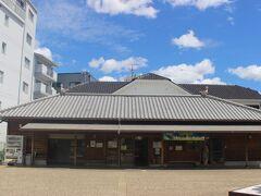 津堂城山古墳は藤井寺市がもっとも重要と考えてる古墳だからか、「まほらしろやま」というガイダンスセンターがあります。 エアコンの効いた展示室では資料は古市古墳の案内DVDが放送されており、暑さの中ではとてもいい休憩所になっています。