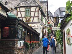 <ドロッセルホフ>  左側のレンガと赤い花の「ドロッセルホフ」!  5年前にドロッセルガッセを歩いていて 飛び込みで入ったレストランです。