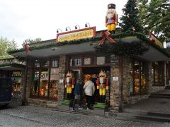 <ケーテ ウォルファルト>  一年中クリスマスグッズを売っているお店。 以前ローテンブルクの本店に行きました。  ニュルンベルクにもありましたので3店舗目。 夫は初めてなので入ってみました。