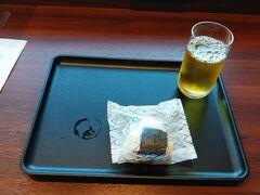 自宅からタクシーで大阪国際空港へ! チェックインを済ませてダイヤモンド・プレミアラウンジで軽食を。 コロナウイルス後は、メニュー変更でおにぎりとパンが変わっております。 おにぎりと綾鷹を!