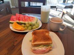 11月21日(木) ホノルル2日目、ハワイ7日目の朝です。 手作りのトーストサンド、スムージー、フードパントリーで買ってきたフルーツで朝食です。