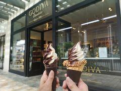 ショッピングセンターも広いので歩いて回ると疲れますね。 ゴディバのアイスクリームがとっても美味しそうなので頂くことにしました。