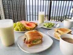 11月22日(金) ホノルル3日目、ハワイ8日目の朝です。 今朝はラナイで海を見ながらの朝食です。 手作りのトーストアボガドサンド、スムージー、フルーツ等。