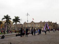さらに歩くとアルマス広場に到着です。おお、人がたくさんいる!そして、紫と白の飾りはなんだろ??
