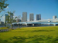 ランニングスタジアムから水辺へ。有明大橋が見える。北側の向こう岸は晴海。